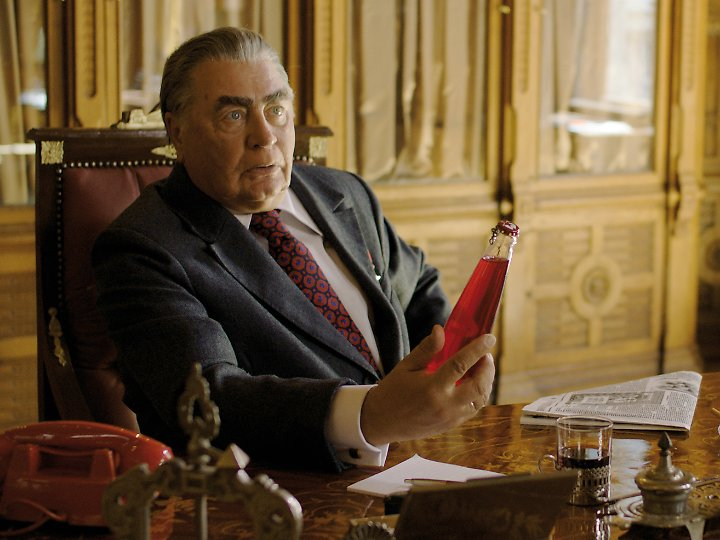 """""""Volkssoda"""" - so lautete im Film einst die Geheimwaffe des sowjetischen Staatschefs Leonid Breschnew (Valentin Smirnitskiy)."""