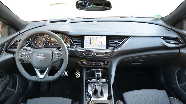 Aufgeräumt und fahrerorientiert ist das Cockpit des Opel Insignia.