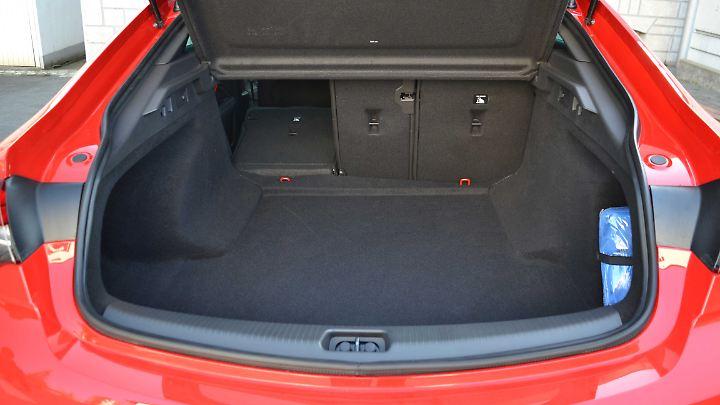 490 Liter Kofferraumvolumen und eine etwas zu hohe Ladekante gibt es, wenn man die Heckklappe des Insignia Grand Sport öffnet.