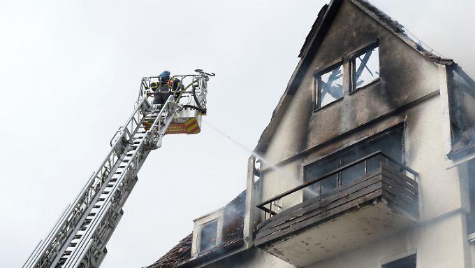 Feuerwehrleute auf einer Drehleiter löschen am 20.03.2017 in Tübingen ein Haus.