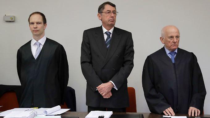 Vor Gericht: Ex-HRE-Chef Georg Funke (M.) wartet eingerahmt von seinen Anwälten Wolfgang Kreuzer (r.) und Michael Pösl (l.) auf den Prozessbeginn.