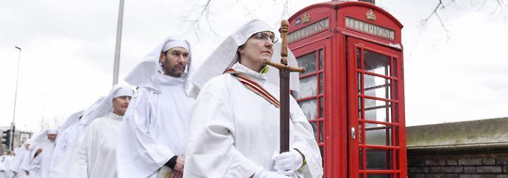 Druiden in London. Zu erkennen an der Telefonzelle.