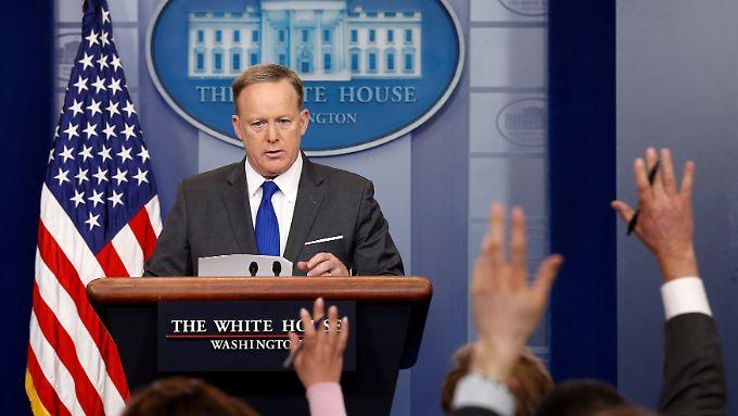 Sean Spicer, der Sprecher des Weißen Hauses, sieht nach der Aussage des FBI-Chefs keine neue Lage.