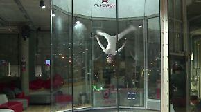 Windakrobatik bei 200 Km/h: Artistinnen schweben durch den Luftkanal