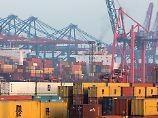 Hamburger Hafen: Auch der starke Export sorge dafür, dass der Konjunkturmotor weiter rundläuft, sagen Ökonomen.
