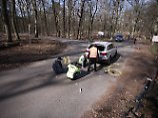 Schwerer Zwischenfall in Berlin: Radfahrer kollidieren mit Auto