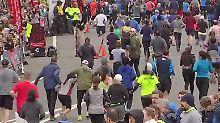 Wenn die Kräfte nicht reichen: Männer helfen Läuferin über die Ziellinie