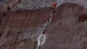 Kaum zu glauben, aber wahr: Feuerwehr befreit Jungen aus Felsspalte