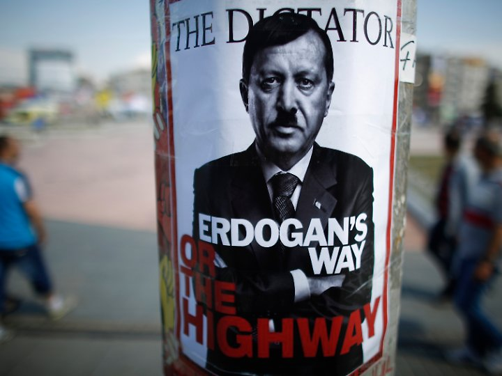 Spätestens seit Erdogan die 2013 die Gezi-Proteste niederknüppeln ließ, sehen ihn viele seiner Kritiker auf dem Weg hin zu einer Diktatur.