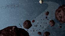 Diese Illustration zeigt die Trojanischen Asteroiden, die die Sonne auf der gleichen Bahn wie der Jupiter umkreisen. Der Geisterfahrer-Asteroid fiegt ihnen entgegen - ohne Kollision.