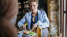 Gesünder und teurer: Mit attraktivem Gegenüber isst man anders