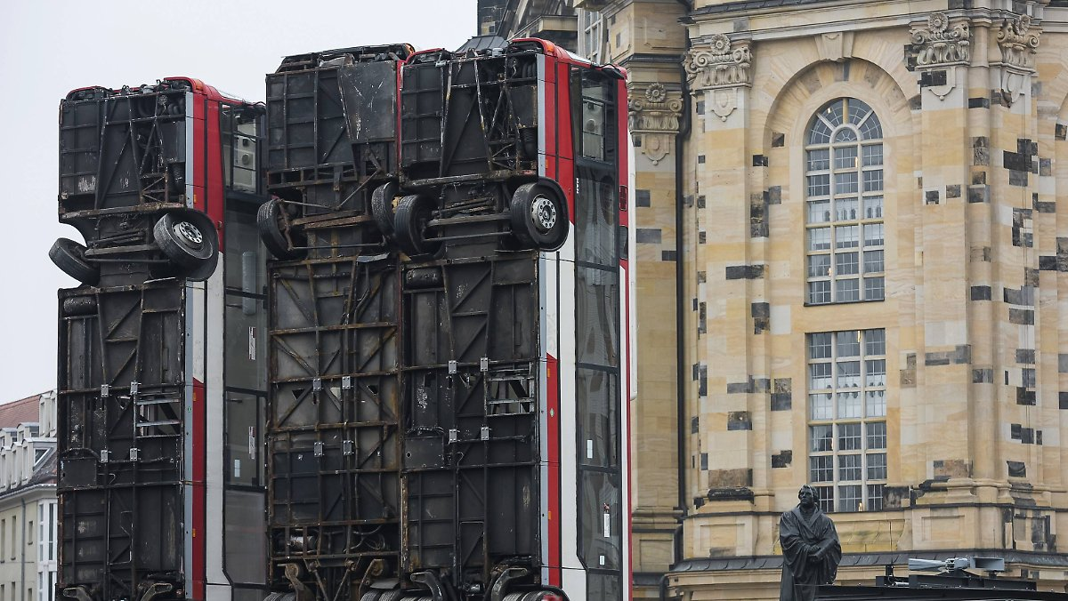 nach protesten in dresden umstrittene bus skulptur kommt nach berlin n. Black Bedroom Furniture Sets. Home Design Ideas