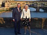 Prinz Charles und seine Frau Camilla vor der Ponte Vecchio in Florenz