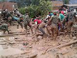 Freiwillige Helfer und Soldaten arbeiten rund um die Uhr, um Überlebende der Katastrophe zu finden.