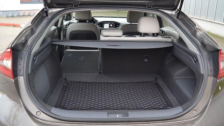 Der Kofferraum des Hyundai Ioniq ist recht flach und lässt sich nur bestücken, wenn die Abdeckung zurückgefahren ist.
