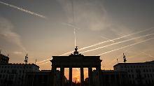 Das Brandenburger Tor erleuchtet nicht in den Farben der russischen Trikolore.