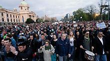 Tausende Serben zogen durch Belgrads Zentrum.