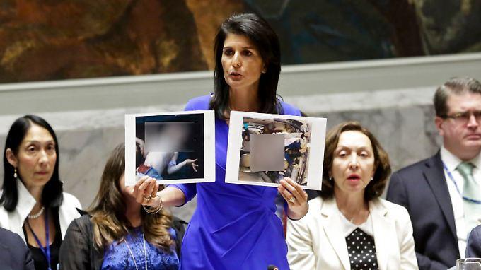Die UN-Botschafterin der USA, Nikki Haley, zeigt auf der Sitzung des UN-Sicherheitsrats Bilder der Opfer (von n-tv.de gepixelt) des mutmaßlichen Giftgasangriffs.