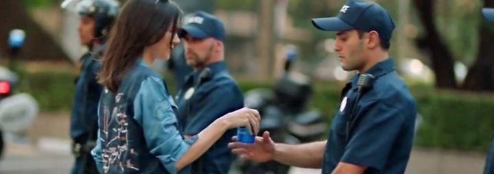 Politische Botschaft?: Pepsi zieht Werbespot mit Kendall Jenner nach Protesten zurück