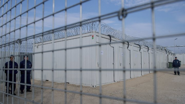 Ein ungarischer Polizist patrouilliert in Tompa durch das neue Internierungslager für Asylsuchende an der Grenze zu Serbien.
