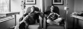 """Sowohl Howie als auch Laurel durchlaufen eine Chemotherapie. In der Arztpraxis sitzen sie dabei nebeneinander. Howard Borowick nannte die Sessel """"seinen"""" und """"ihren""""."""
