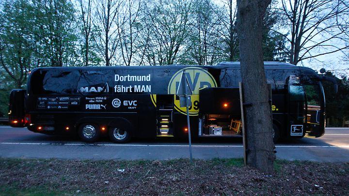 Nach dem Anschlag vom 11. April: Bus von Borussia Dortmund mit einer beschädigten Scheibe.