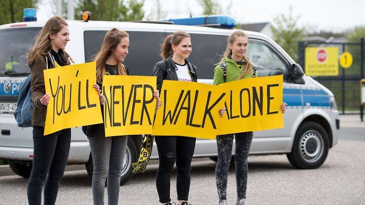 Niemals alleine: Fans am Mittwochmorgen vor dem Trainingsgelände der Dortmunder Borussia.