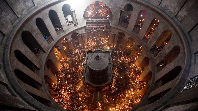 Blick hinab in die Kirche des Heiligen Grabes in Jerusalem. Über dem Grab Jesu steht heute eine kleine Grabkapelle, die sich in der Grabeskirche befindet.