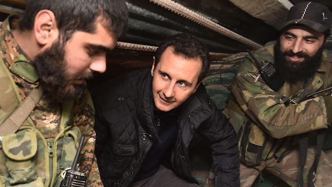 Assad mit seinen Soldaten - auf einem offiziellen Foto. Chemiewaffen würden seine Leute niemals einsetzen, behauptet der Präsident.