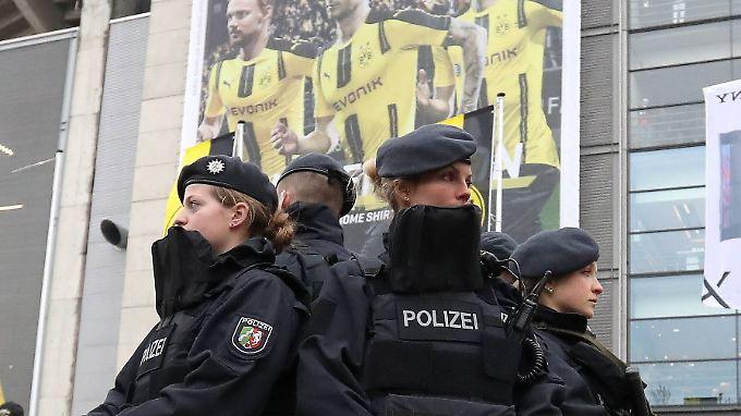 """Erhöhte Sicherheitsvorkehrungen im Stadion: """"Wir suchen nach mordbereiten Tätern""""."""