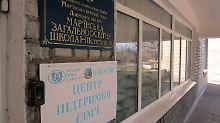 Eingang zur Schule Nr. 2 in der ostukrainischen Kreisstadt Marjinka westlich der Separatistenhochburg Donezk.