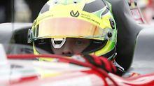 Gelber Helm, rotes Auto: Das ist Mick Schumacher.