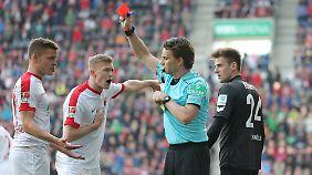 Gleich zwei Rote Karten hagelte es für den FC Augsburg.