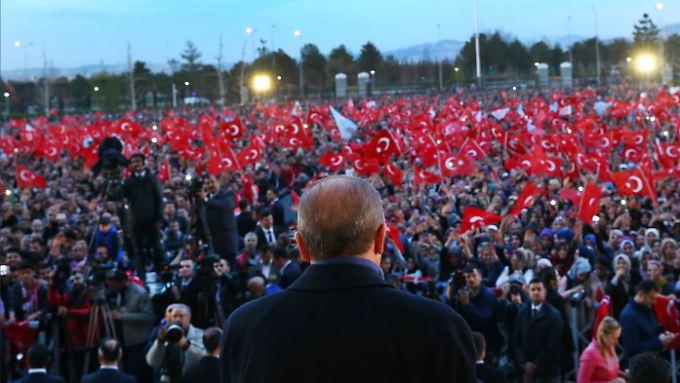 Erdogan dürfte auf diesem Bild zufrieden in die Menschenmenge blicken.