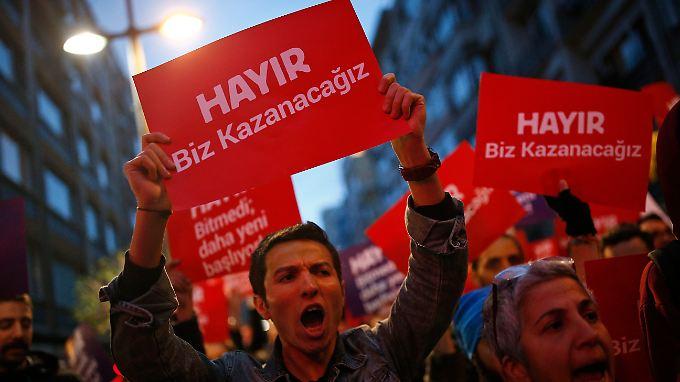 Die Opposition will das Ja als Ergebnis des Referendums nicht akzeptieren und ruft die Hohe Wahlkommission an.