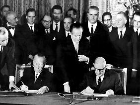 22. Januar 1963: Adenauer und Charles de Gaulle unterzeichnen in Paris den deutsch-französischen Freundschaftsvertrag.