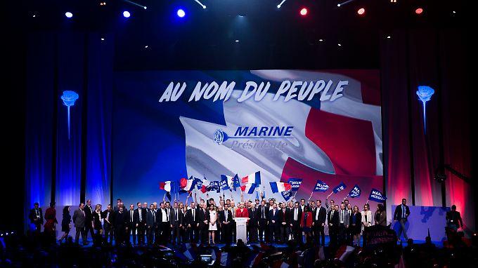 """""""Im Namen des Volkes"""": Den Namen der von ihr weichgespülten, einst rechtsradikalen Partei sucht man auf diesem Bild vergeblich."""