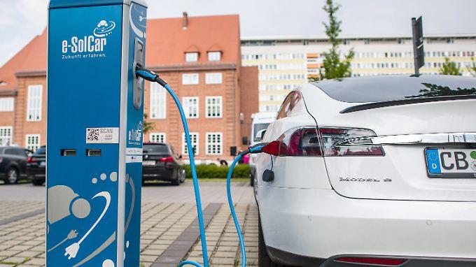 Fast 700 Autos verkaufte Tesla im März in Deutschland.
