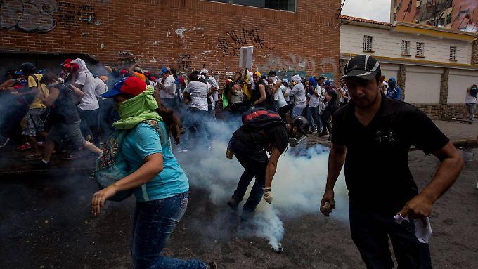 Die Polizei setzt auf Caracas Straßen Tränengas ein.