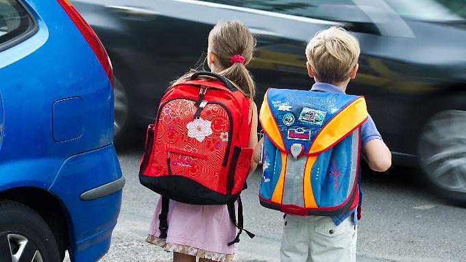 Kinder haben bis ins Teenageralter Schwierigkeiten, sich auf befahrenen Straßen zu orientieren.