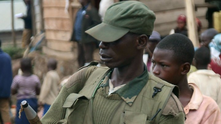 Ein Dorfpolizist patrouilliert in Nzibira mit einer Panzerfaust. Der Reichtum des Kongo lockt Milizen an, die die Bevölkerung terrorisieren und das Land ausbeuten.