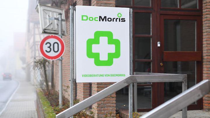 Eingang der von DocMorris betriebenen Automatenapotheke in Hüffenhardt.
