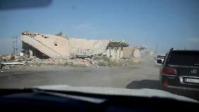 Gabriels Fahrzeugkolonne fährt durch das zerstörte Baschika.