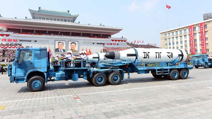 Militärparade in Pjöngjang - das Regime hatte am Sonntag wieder eine Rakete abgeschossen.