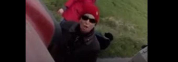 In dem Video beschimpft die Spaziergängerin - ihren Aussagen nach zu urteilen eine Veganerin - einen Bauern.
