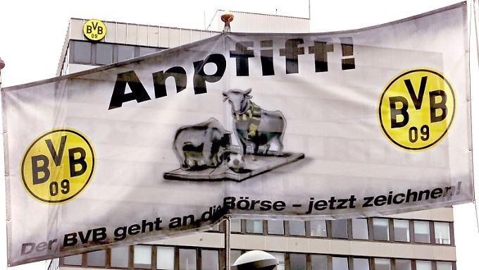 """Mit dem Slogan """"Anpfiff! - Der BVB geht an die Börse - jetzt zeichnen!"""" munterte ein Transparent die Fans des westfälischen Fußballvereins Borussia Dortmund am 24.10.2000 in Dortund auf, Aktien zu zeichnen."""