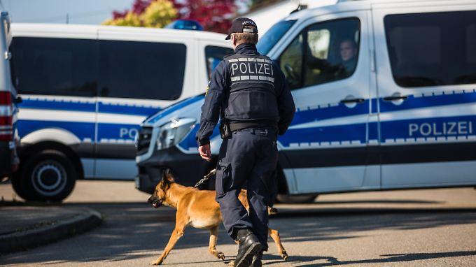 Polizisten durchsuchen auch die Wohnung des Tatverdächtigen Sergej W.