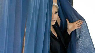 Frankreich bittet zur Wahlurne: Macron und Le Pen führen Umfragen an