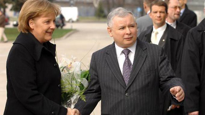 Offiziell gab es zwischen Merkel und Jaroslaw Kaczynski kein Treffen mehr seit 2007. Dieses Bild zeigt die Kanzlerin und den damaligen polischen Premierminister am 16. März 2007 am Warschauer Flughafen.