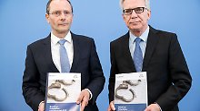 Sachsens Innenminister Markus Ulbig und sein Kollege auf Bundesebene, Thomas de Maizière stellten die neue Statistik in Berlin vor.